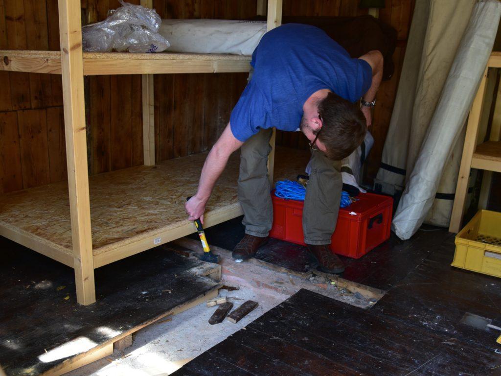 Der Fußboden des Lagers wird ausgebessert